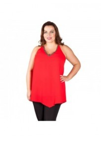 "tunique grande taille - tunique fluide encolure strass ""town"" Lili London coloris rouge (porté face)"