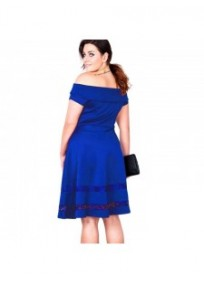 "robe grande taille - robe de cocktail style bardot ""studio"" Lili London coloris bleu (porté dos)"